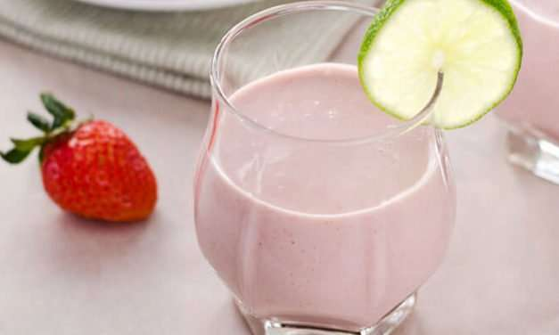 [Recipe] 4-Ingredient Coconut Strawberry Smoothie